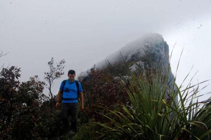 El Dany cresteando, las nubes pasan por la cumbre. Foto por Daniel Santos