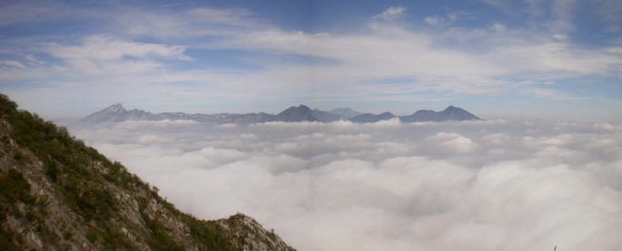 Las montañas de García se asoman por el mar de nubes. Foto: Jon Lertxundi