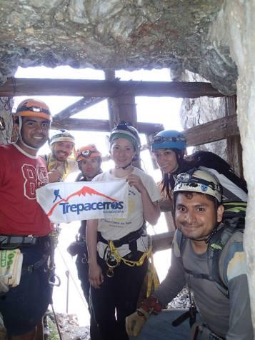 Grupo en la Mina de Las Escaleras en el cerro de Las Mitras