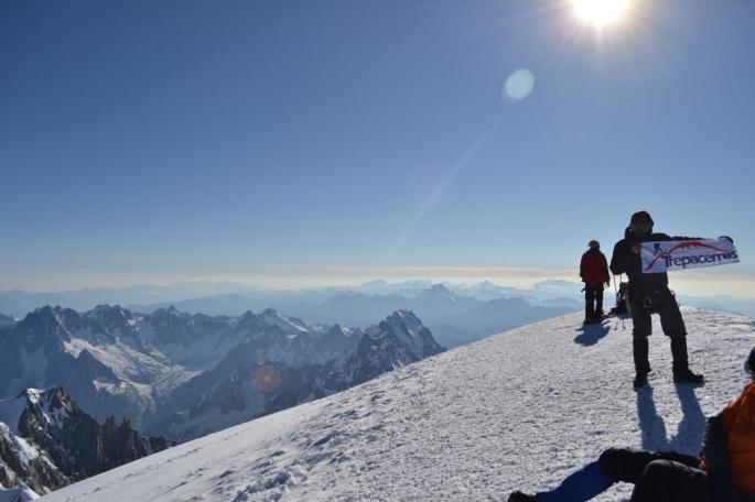 Joaquín en la Cima del Mont Blanc, atrás se distingue el Cervino (Matterhorn)