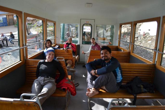 El grupo de regreso en el Tren del Mont Blanc: Joana, Joaquín, Axayácatl, Isabel y Leonardo