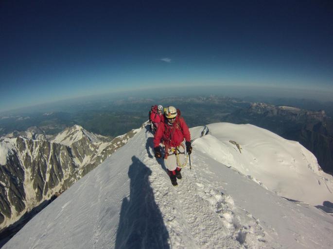 Leonardo e Isabel llegando a la cumbre del Mont Blanc por la ruta normal.