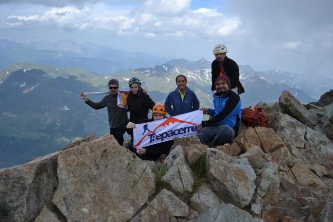 El Grupo en la Cima dle Midi D' Ossau: Iñigo, Leire, Mikel, Isabel, Joaquín y Leonardo
