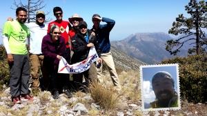 Grupo en la cima de la Sierra Potrero Abrego, atrás al poniente se ve el cerro del Muerto.